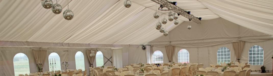 Grote tenten trouwfeest